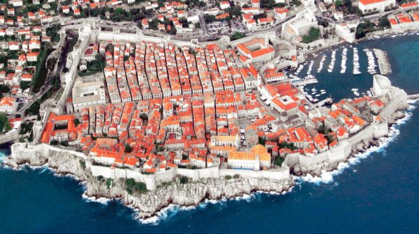 "<small><del>King's Landing</del> Dubrovnik | <a href=""https://commons.wikimedia.org/wiki/User:Michaelphillipr"">Michaelphillipr</a>; cropped and edited <a href=""/wiki/File:Dubrovnik_042.jpg"">from the original</a>, <a href=""https://commons.wikimedia.org/wiki/File:Dubrovnik_crop.jpg"">Dubrovnik crop</a>, Crop von MH, <a href=""https://creativecommons.org/licenses/by-sa/3.0/legalcode"">CC BY-SA 3.0</a></small>"